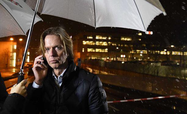 NOS:n pääjohtaja Jan de Jong puhui puhelimeen toimituksen ulkopuolella välikohtauksen jälkeen.