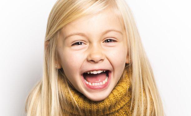 5-vuotias Iisa yritti lohduttaa äitiä töksäytyksen jälkeen. Kuvituskuva.