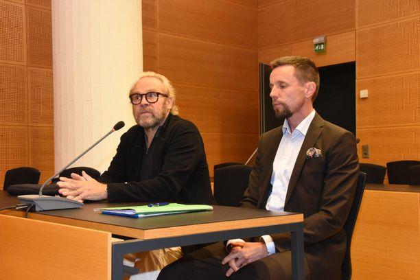Parviainen vastasi salissa häntä vastaan nostettuihin syytteisiin asianajajansa Jussi Haaran vieressä. Hän kiisti kaiken.
