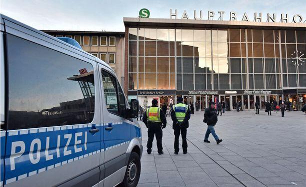 Kölnin uudenvuoden yön kauhuja käydään parhaillaan läpi. Saksan poliisi on pyytänyt apua tunnistukseen Scotland Yardin erikoispoliisilta.