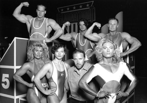 Gladiaattorit olivat lasten silmissä aikansa supersankareita. Ohjaaja Renny Harlinin ympärillä vasemmalta oikealle Salama, Pantteri ja Barbi. Takarivissä Terminaattori, Mohikaani ja Vääpeli. Kaikkiaan gladiaattoreita oli 20.