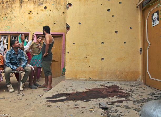 Intialaisia paikalla, jossa ainakin yksi ihminen sai osuman kranaatista.