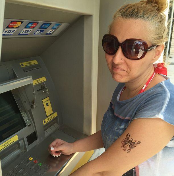 Kreikkalainen Mary yritti turhaan nostaa rahaa automaatista.
