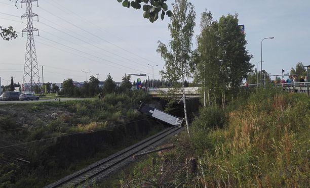 Tilausbussi putosi junaraiteille Kuopiossa perjantaina.