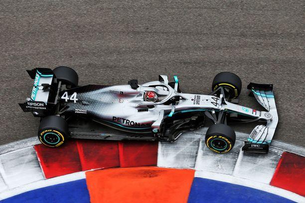 Lewis Hamilton sai täpärästi väistettyä Alex Albonin.