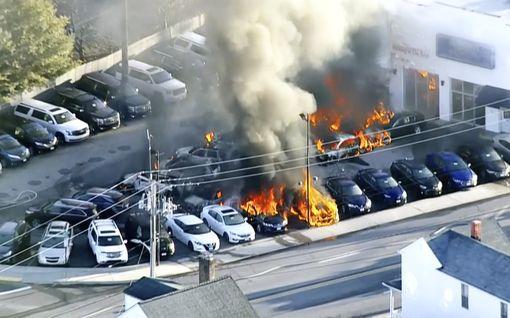 Useita autoja paloi ilmiliekeissä koulun läheisyydessä USA:ssa