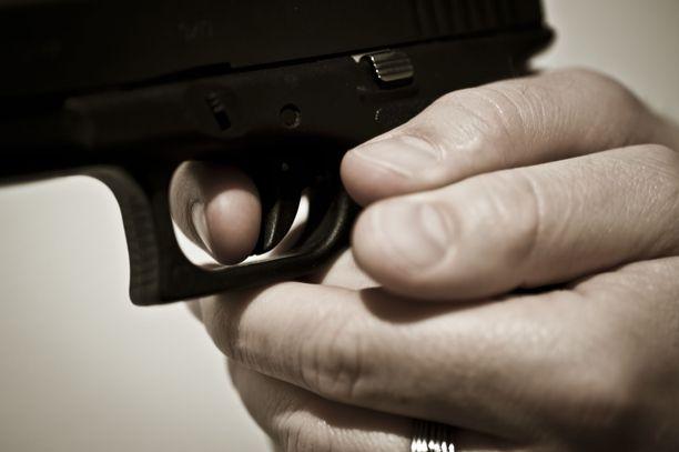 Mustasukkainen mies oli varustautunut mm. ladatulla 6,35-kaliiperisella pistoolilla ja puukolla suunnatessaan ex-avopuolisonsa turvakotiin.