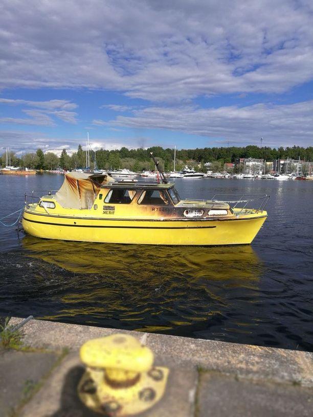 Keltainen vene kärsi palossa merkittäviä vahinkoja.