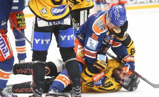 Tapparan Sebastian Repo ja KalPan Jerry DŽAmigo tappelivat, kun ottelu Tampereella oli jo päättynyt.