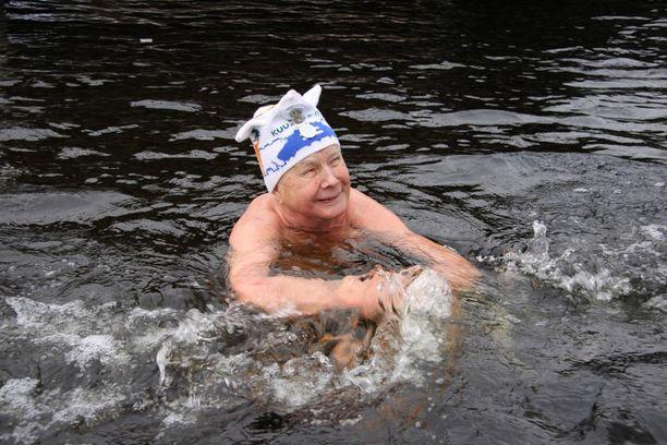 91-vuotias Erkki Makkonen voitti kevättalvella avantouinnin maailmanmestaruuden Länsi-Siperiassa. Hänellä on takanaan 16 avantouinnin SM-kisat ja peräti yhdeksät MM-kisat. Helmikuun lopulla Savonrannalla Savonlinnassa oli pakkasta muutama aste. - Hellekeli, maailmanmestari silloin naureskeli.