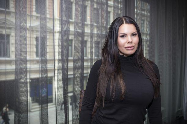 Suvi Pitkänen osallistui Miss Suomi -kisaan vuonna 2006. Hänet tunnetaan myös tosi-tv-sarjoista.
