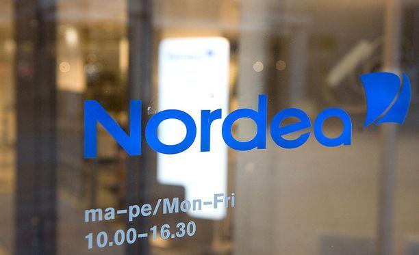 Nordean päätös alkaa veloittaa käteisnostoista on herättänyt pankin asiakkaiden keskuudessa vilkasta keskustelua.