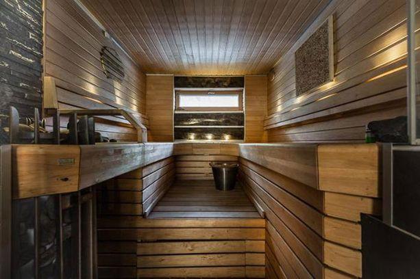 Talossa on myös tunnelmallinen sauna.