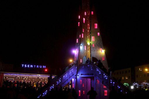 Rakveren joulukuusi sai valot ensimmäisenä adventtisunnuntaina.
