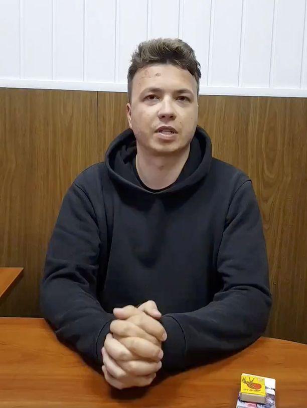 Siepatun Roman Protasevitšin kasvoista näkee hänen lähipiirinsä mukaan, että häntä on hakattu. Kuvakaappaus Valko-Venäjän julkaisemalta videolta.