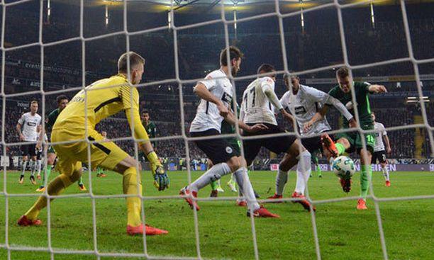 Frankfurtin Lukas Hradecky voi vain seurata katseella, kun Bremenin Niklas Moisander (oik.) ampuu.