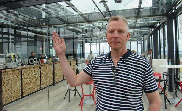 Hotellinjohtaja Mikko Kankaanpää kertoo, että kattoterassi avattiin uudelleen katettuna juhannuksena.