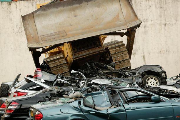 Puskutraktori jyräsi 20 autoa Manilassa ja kahdessa muussa kaupungissa tuhottiin kymmenen lisää.