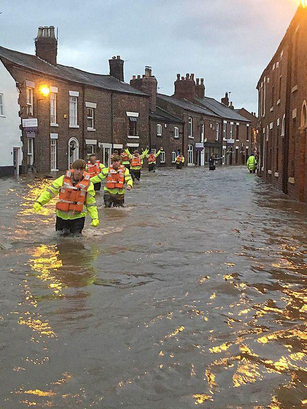 Sotilaat ovat jalkautuneet muun muassa Ribchesteriin auttamaan pelastuslaitosta tulvatilanteessa.