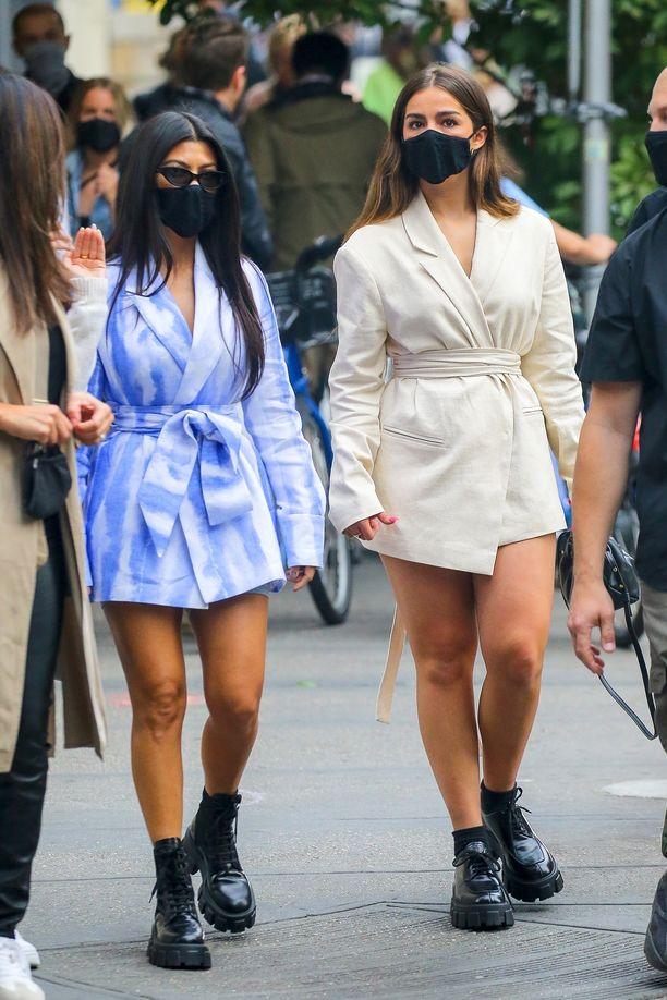 Kourtney Kardashian ja Addison Rae suosivat molemmat samaa kenkätyyliä.