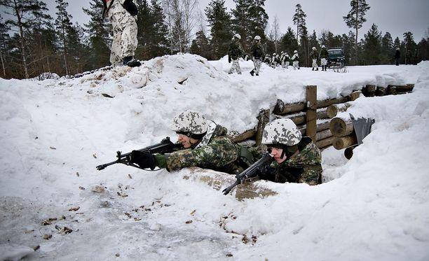 Ylen mukaan se on saanut myös nähtäväkseen Puolustusvoimien salaisen ohjeistuksen, jonka mukaan Suomen ja Venäjän kaksoiskansalaisten varusmieskoulutusta muutetaan.
