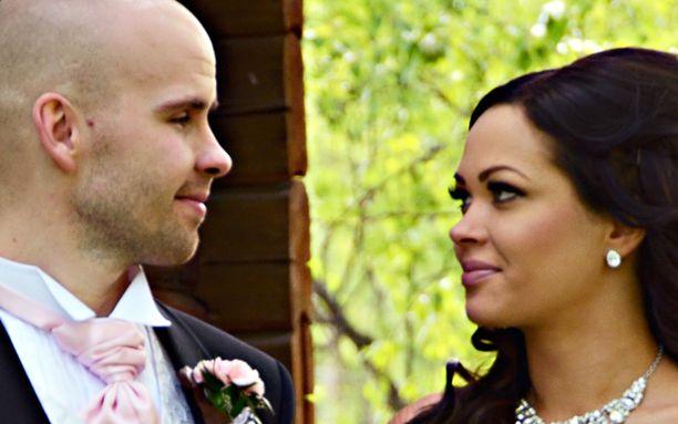 Joni ja Sari menivät naimisiin Jyväskylässä vaaleanpunaisissa unelmahäissä.