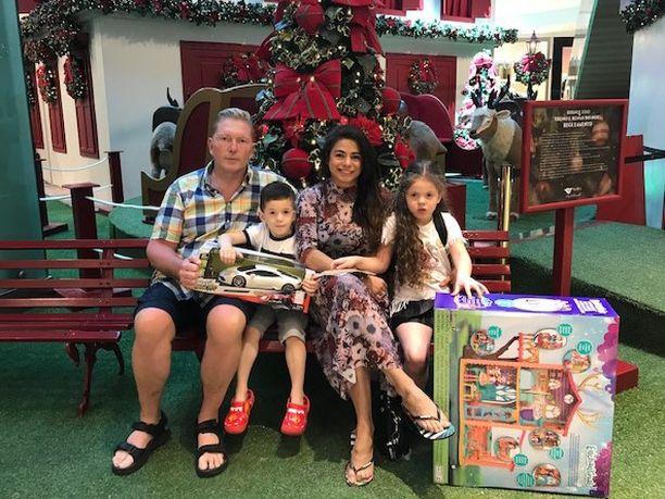 Kyläkauppias Vesa Keskinen, Toivo-poika, Jane-vaimo ja Maria-tytär viettävät joulua Brasiliassa.