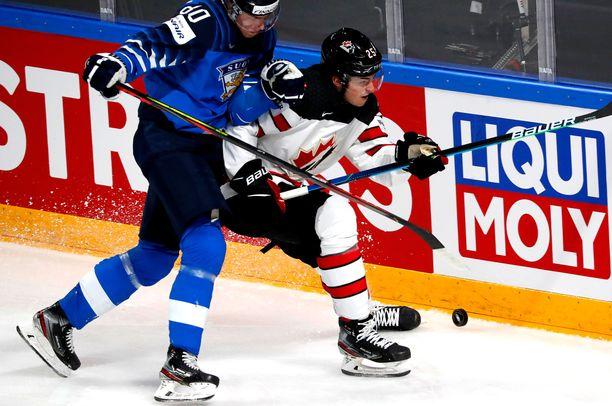 Owen Power vakuutti Kanadan mestarijoukkueessa alkukesän MM-kisoissa. Kuvassa hän vääntää kiekosta Saku Mäenalasen kanssa.