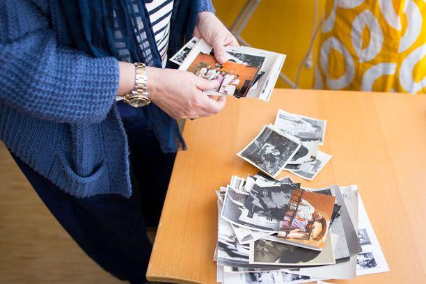 Tea Kekkonen etsii asuja äitinsä vanhoista kuvista.