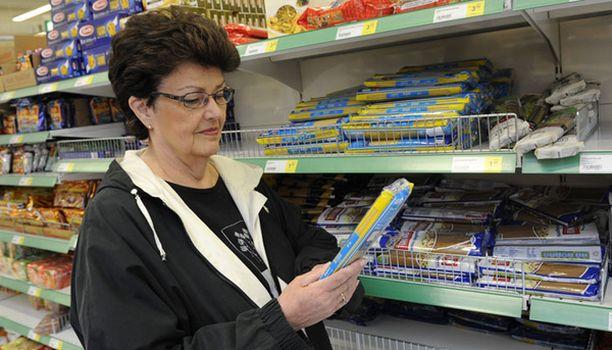 PASTAN YSTÄVÄ Espoolainen Seija Lehtinen tietää, mitä etsii pastahyllystä. Yleensä mukaan lähtee tavallista vehnä- tai ruismakaronia.