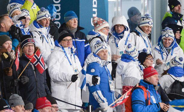 Pääministeri Juha Sipilä (valkoinen takki ja musta päähine) seurasi naisten olympiaviestiä Pyeongchangissa.