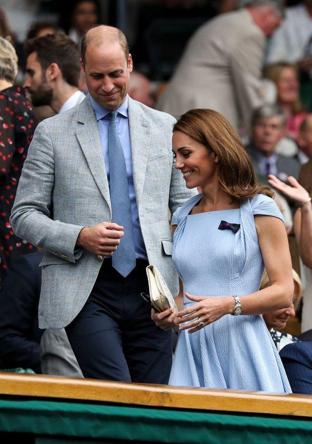 Prinssi William ja herttuatar Catherine istuivat paikoilleen hyvissä ajoin ennen ottelun alkua.