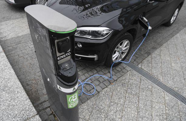 Sähköauton lataamiseen suositellaan sille suunniteltua latauspistettä.