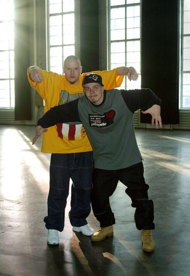 Fintelligensin eli Iso H:n ja Elastisen 2000-luvun alun tyyliin kuuluivat lökäpöksyt ja isot paidat. Myös poseeraustyylissä on samaa henkeä kuin mainosvideon räppipojan liikkeissä.