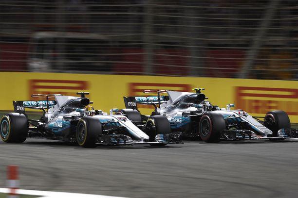 Bahrainissa Bottas (oik.) joutui päästämään Lewis Hamiltonin ohitseen kahdesti.