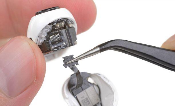 Airpods pro -kuulokkeiden korjaaminen itse on lähes mahdotonta.