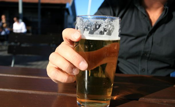 Suomalaisten alkoholinkäyttö keskittyy edelleen selvästi viikonloppuun.