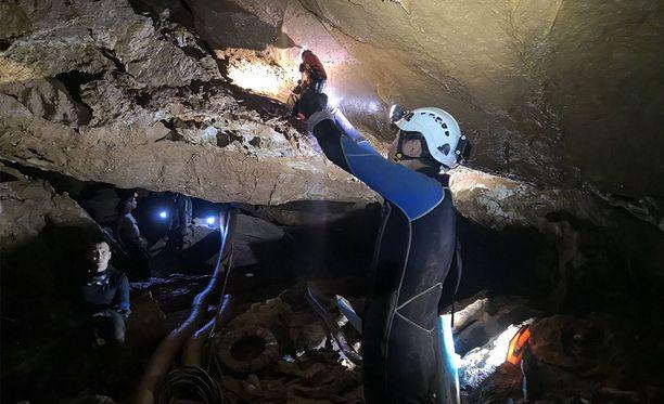 Thaimaassa pelastustyöntekijät yrittävät vapauttaa loukkoon jääneet luolasta.