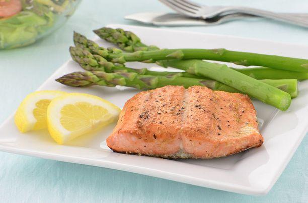 Tutkimuksen mukaan omega-3-rasvahappoja sisältävän kalan syöminen kohentaa yöunia ja aivotoimintaa.