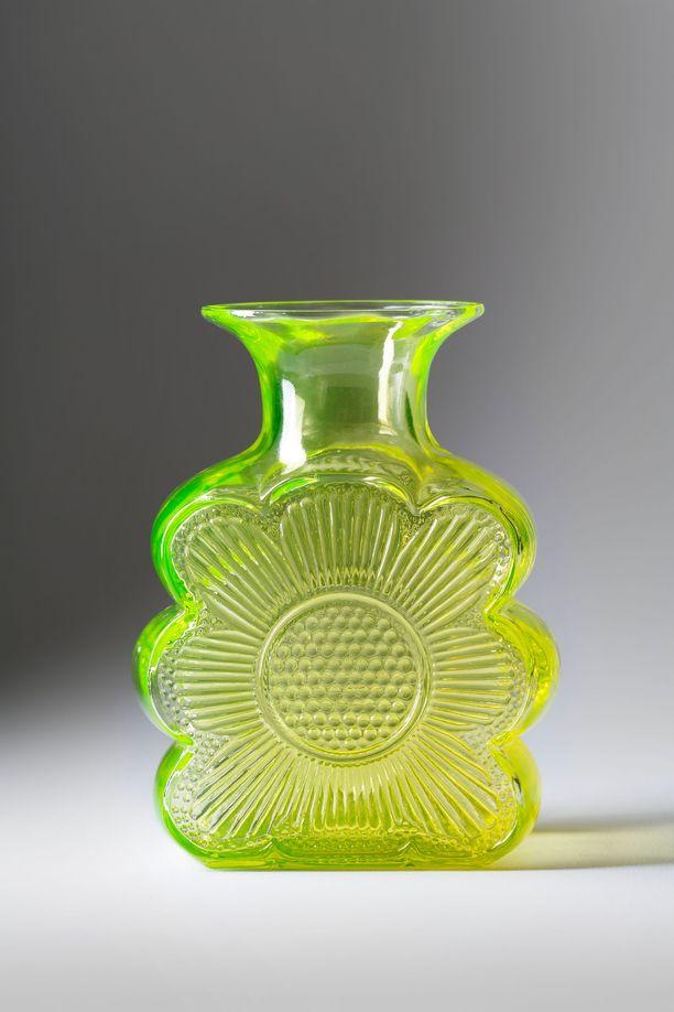 Kotimainen taidelasi  käy kaupaksi. Kuvassa on Riihimäen lasin Amuletti 1731 -maljakko 1970-luvulta. Maljakon on suunnitellut Tamara Aladin.