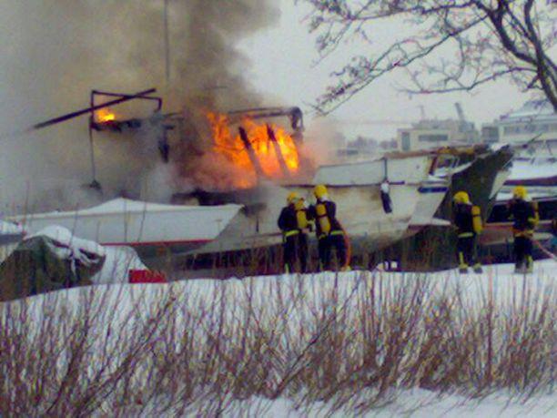 Vanha kalastajavene tuhoutui tulipalossa Lauttasaaren venevarikolla.
