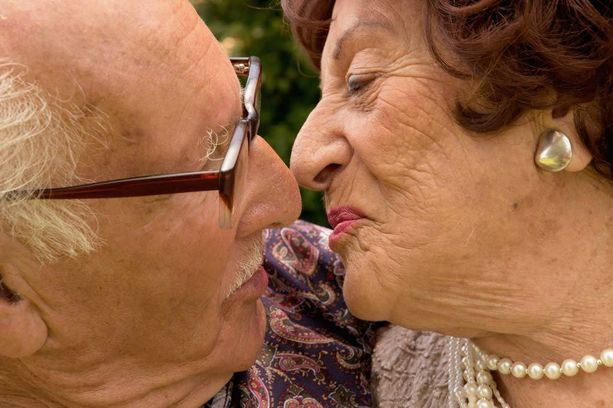 Suukottelu pitää ihmiset onnellisina.
