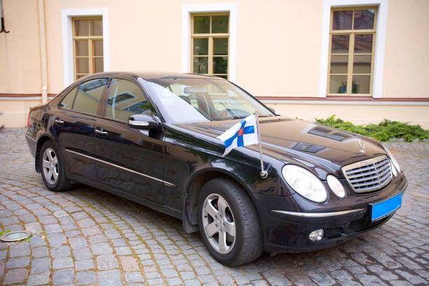 Suomen Tallinnan-lähetystön käytössä on vielä vuonna 2004 hankittu Mercedes-Benz.