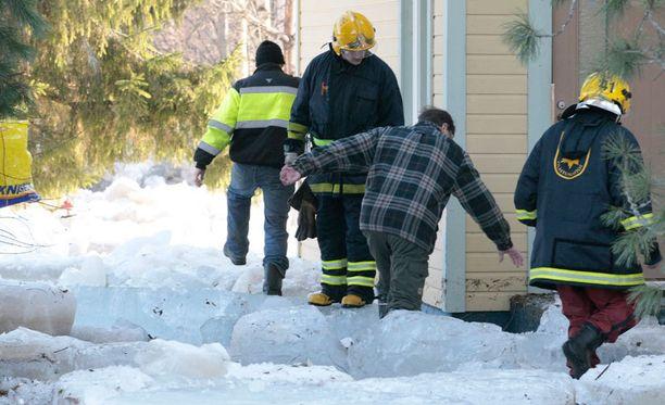 Veden laskettua ihmiset pääsivät palaamaan koteihinsa tarkistamaan vahinkoja. Tulva jätti pihoille suuret jäälohkareet.