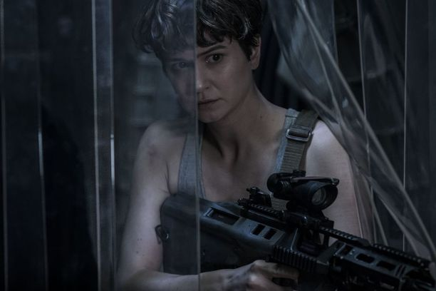 Kuvankaunis Kathernie Waterston antaa avaruuden hirviöille kyytiä elokuvassa Alien: Covenant.