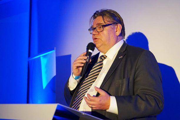 Ulkoministeri Timo Soini muisteli pitkää uraansa ja Veikko Vennamoa Sokos Hotel Vantaalla perussuomalaisten nuorten 20-vuotisjuhlassa.
