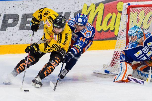 KalPan Tommi Jokinen yrittää punnertaa Dominik Hrachovinan vartioimalle Tapparan maalille. Jan-Mikael Järvinen estelee.