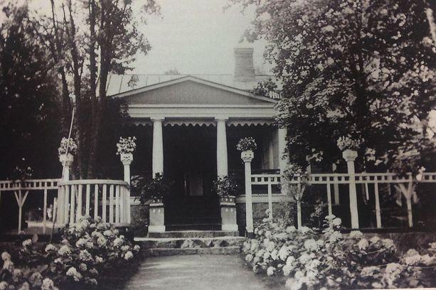 Villa Kissinge oli huviloista suurin ja näyttävin. Huvilan yhteydessä olivat aikoinaan myös huvimaja, venevaja, uimahuone, kasvihuone, puutarha sekä kanala.