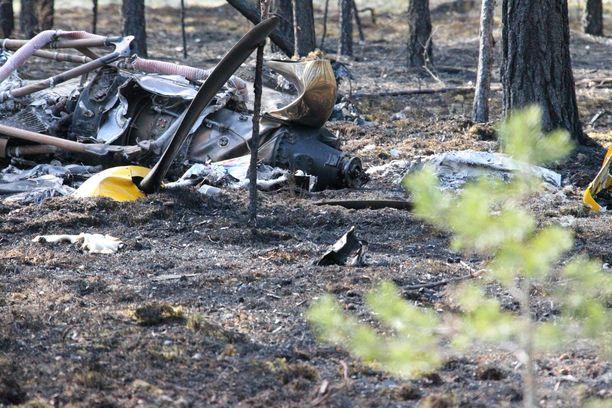 Arkistokuva. Kahdeksan ihmisen hengen vieneestä onnettomuuskoneesta ei jäänyt jäljelle kuin savuavat jäänteet.