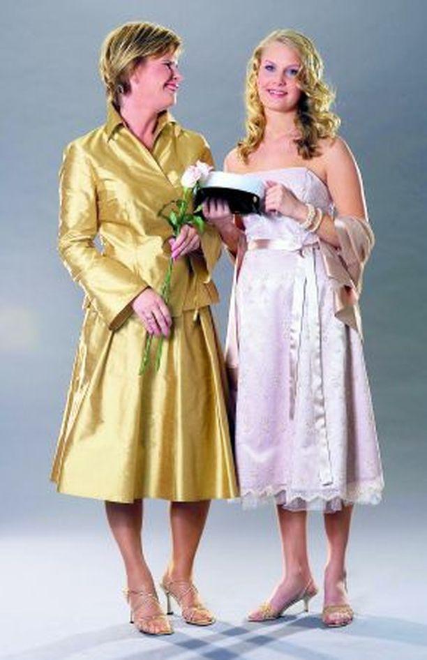 Äiti Kirsi ja kevään ylioppilas Kiia Kavanne pohtivat vielä, miten pukeutua juhlaan.